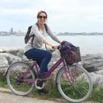 Bundan kelli Moda caddelerinde mor bi bisikletle gezen bi kadın…